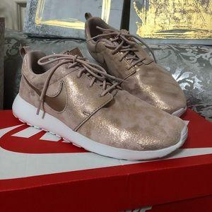 NIB Nike Tennis Shoes Size 7.5 (Rose Gold Tone)